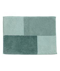 Ljusgrön/Flerfärgad. En blockfärgad badrumsmatta i kraftig bomullsfrotté. Bandkantad. Mattan har halkskydd på undersidan. Använd inte produkten på uppvärmda