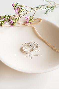 Eheringe Utara, gehämmert, arrangiert in einer wundervollen Ringschale von Pom Pom your life #Ringkissen #Trauringe #Hochzeit Foto: The Little Wedding Corner