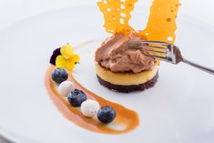 Declination of organic chocolate, caramel tile, blueberry, and fondant caramel /// Déclinaison de chocolat bio, tuile de caramel, myrtilles et caramel fondant Fondant Au Caramel, Tuile, Pancakes, Breakfast, Food, Meal, Pancake, Eten, Meals