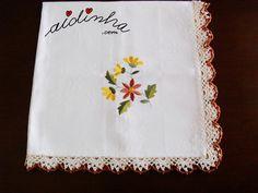 Olá pessoal! Outra toalhinha de mesa, quadrada, com picô de crochet. Uma toalha de mesa mais pequena, de um tecido adamascado, bordada com um ramo de flores, e com um picô de crochet, nos tons da toalha e do bordado. ENCOMENDE CLICANDO AQUI!  Um picô de crochet, feito com li