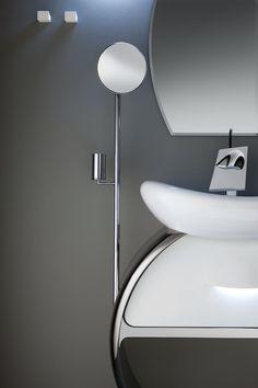 Originali sono gli optional, come la luce integrata nell'impugnatura di apertura del cassetto, e l'asta cromata con specchio ingranditore e portaoggetti.