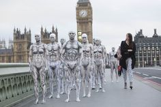 Se você viu um exército de robôs em Londres recentemente, pode ter achado que os seres artificiais já estavam caminhando entre nós, cumprindo a profecia da ficção científica.