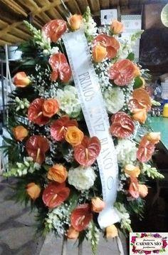 Ramo de defunción para colgar con antirrhinum Potomac, rosas Nikita, anthurium Tornasol, brassicas Crane, paniculata y verdes variados.