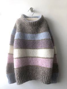 Discover thousands of images about Mini Me - Isabellas fødselsdagssweater - FiftyFabulous Vogue Knitting, Hand Knitting, Cool Sweaters, Sweaters For Women, Editor Of Vogue, Knitting Dolls Clothes, How To Purl Knit, Sweater Knitting Patterns, Christmas Knitting