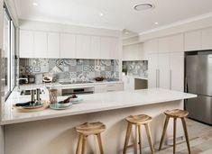 Moderne weiße Küche mit Patchwork Wandfliesen dekoriert