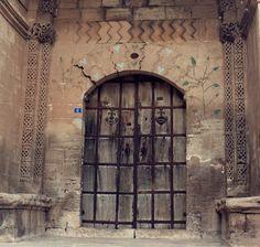 Sevinç çığlıkları ve en acı ağıtlara şahit olan kapılardır.