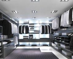 aménagement dressing contemporain avec penderie, tiroirs et éclairage indirect blanc