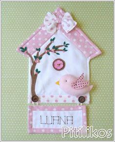 Enfeite de Maternidade charmoso e delicado!  Panô todo confeccionado em tecido 100% algodão. Plaquinha com nome bordado à mão.  Dimensões aproximadas: 35 x 23 cm R$ 127,20