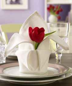 Tischdeko zum Valentinstag Lovely Napkin fold with fresh tulip flower. Tischdeko zum Valentinstag Lovely Napkin fold with fresh tulip flower. Beautiful Table Settings, Tulips Flowers, Tulips Garden, Red Tulips, Decoration Table, Table Centerpieces, Dinner Table, Dinner Napkins, Tablescapes