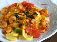 Makaron z krewetkami, szpinakiem i pomidorami