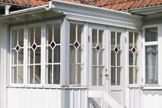 Fina fönster Swedish Style, Wood Detail, Screened In Porch, Through The Looking Glass, Old Houses, Exterior Design, House Plans, Cottage, Outdoor Structures