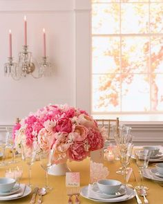 >>    Traditional Centerpiece    This classic arrangement uses the same footed bowl as the one used in the floating centerpiece.