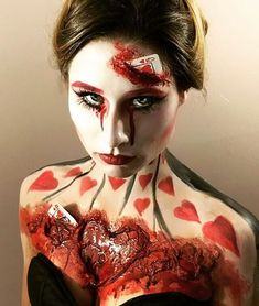 Queen of Hearts Makeup ❤️ Are you looking for scary horrifying Halloween makeup ideas for women to look the best at the Halloween party? See our photo collage to pick the one that fits the Halloween costume. Clown Halloween, Halloween Karneval, Cool Halloween Makeup, Halloween Makeup Looks, Halloween Party, Creepy Makeup, Horror Makeup, Sfx Makeup, Costume Makeup