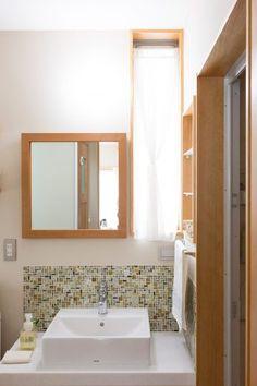 人造大理石を使った洗面。カーテンはつっぱり棒を使って手作りした。