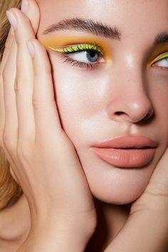3 Ways to Wear Colored Eyeliner for a Statement Look Glam Makeup, Love Makeup, Makeup Kit, Makeup Inspo, Makeup Inspiration, Hair Makeup, Make Up Looks, Pelo Editorial, Glitter Make Up