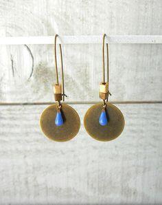 Boucle d'oreille bronze mini goutte émaillé bleu et perle