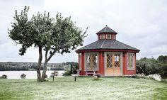 Vackert lusthus i herrgårdsstil. Gazebo, Pergola, Wooden Greenhouses, She Sheds, Cozy Living, Winter Garden, House Floor Plans, Fence, Tiny House