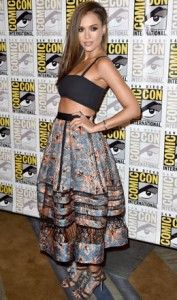 Jessica Alba wearing Tanya Taylor cropped black bandeau top and a billowing Zimmerman printed skirt with mesh panelling, accessorised with mirrored and tasseled Kotur 'Guzel' heels @ Comic-Con 2014 Street Style Jessica Alba, Jessica Alba Sin City, Jessica Alba Hot, Top Y Pollera, Jessica Alba Pictures, Black Bandeau, Black Bralette, Bandeau Top, Bohemian Chic Fashion