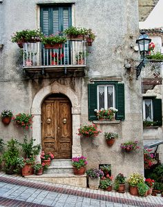 Casetta in Molise learn from the italians about the way to enhance and display your door onto the road or your stone verandas and patios