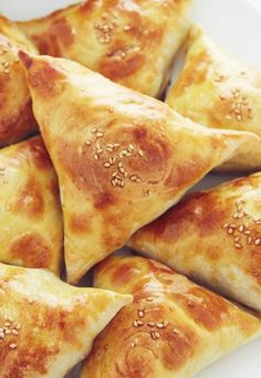 Sambusa recipe that will blow your mind. Crisp on the outside, soft and flaky on the inside shells. Meat filling is nicely textured, juicy and flavorful. Lebanese Recipes, Indian Food Recipes, Lebanese Cuisine, Arabic Recipes, Sambusa Recipe, Oven Recipes, Cooking Recipes, Cooking Food, Uzbekistan Food