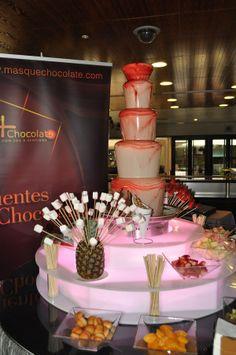 Fuente de chocolate blanco a chocolate blanco tintado de rojo