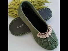 Crochet Shoes Pattern, Baby Shoes Pattern, Crochet Baby Shoes, Crochet Flower Patterns, Crochet Slippers, Knit Crochet, Crochet Organizer, Crochet Videos, Little Girl Dresses