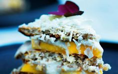 Lagkage med kokoscreme, mango og hvid chokolade