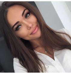 Simple, pretty makeup.