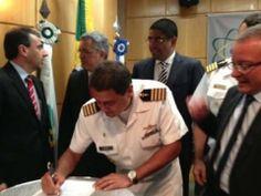 Padilha (segundo à esquerda), na assinatura do acordo, ao lado de Meirelles (de óculos), laranja de Youssef Reprodução de relatório da PF
