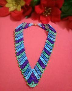 6c2e480f9b82  collar en v  mostacilla  checa  azul  moda  belleza  accesorios