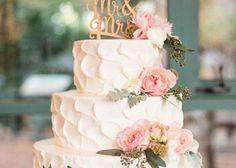 シャクヤクを飾ったロマンティックなウェディングケーキ♡