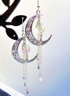 Boucles d'oreille lune argentées et perles de fluorite : Boucles d'oreille par mademoiselle-topaze-bijoux