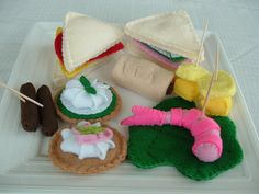An awesome felt food party appetizer snack tray. #felt #crafts #food #felt_food #DIY #cute #kawaii #party #appetizers