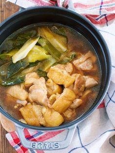 """寒い季節に嬉しいポカポカお鍋♡ 使う食材は、相性抜群の """"鶏肉""""×""""長ねぎ""""。 これに、油あげをプラスして さらに旨味とコクをアップ! 作り方は、めちゃめちゃ簡単で お鍋にスープと具材を入れたら あとはコトコト10分煮るだけ♪ たったこれだけだけど スープには旨味がたっぷりで 長ねぎはトロトロで甘〜い! ペロッと完食すること 間違いなしですよ〜( ´艸`)"""