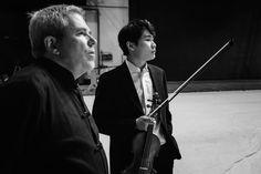 O maestro Lavard Skou Larsen e o violinista In Mo Yang nos bastidores do Theatro Municipal do Rio de Janeiro. Foto: Cicero Rodrigues