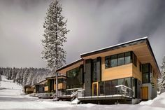 Classic mountain cabin design coupled with modern aesthetics Eco Friendly Mountainside Homes Reimagine the Classic Ski Chalet California Ski Resorts, California Mountains, Truckee California, Chalet Design, Cabin Design, Roof Architecture, Residential Architecture, Lake Tahoe Resorts, Modern Roofing