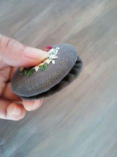 예쁜 브로치를 만들고 싶어지는 계절입니다. 동그랗게 길쭉하게 네모지게. 브로치 틀 없이 아주 가볍게!만... Bead Embroidery Patterns, Embroidery Jewelry, Ribbon Embroidery, Beaded Embroidery, Knitting Patterns, Fabric Flower Brooch, Fabric Flowers, Beaded Brooch, Beaded Jewelry
