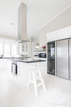 White Interior Design, Simple Interior, Interior Decorating, Beautiful Kitchen Designs, Beautiful Kitchens, Beach Kitchens, Home Kitchens, Rustic Kitchen, Kitchen Decor