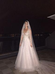 Bride - Noiva sur mesure, vestido noiva bordado a mão.  @amandaguerraatelier #amandaguerraatelier  www.amandaguerraatelier.com.br