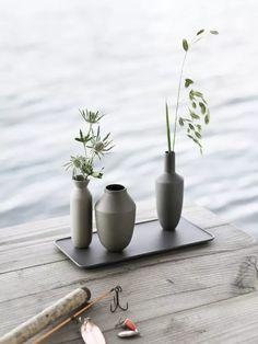 Muuto le design scandinave et minimaliste présente un plateau de 3 soliflore au design épuré ils sont aimantés pour ne pas tomber mais se déplacent sur le plateau. Coup de coeur pour ce détail déco simple et bien pensé