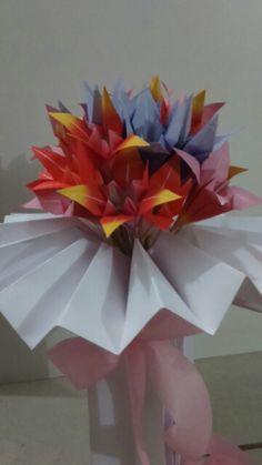 Arranjo floral com lírios para enfeitar a mesa de trabalho!  Surpresa carinhosa da Andrea e colegas de trabalho do Banco do Brasil!
