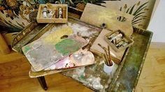 Palettes et peinture du peintre cartonnier ponctuent la visite de l'Atelier Musée.