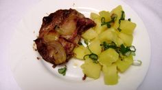 Krkovička, vařený brambor, lahůdková cibulka