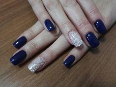 Unghie Blu scuro con anulare di glitter bianchi
