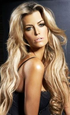 Honey Blonde Long Wavy Hairstyle