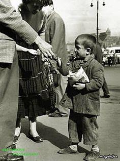 İstanbul 1957 Sokak Satıcısı bir çocuk