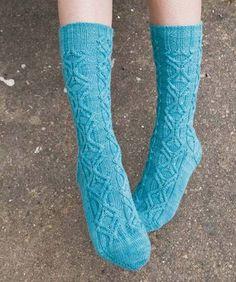 """Diese Socken sind - Überraschung! - nach den Stalagmiten in Tropfsteinhöhlen benannt. Die """"Mustersäulen"""" der Strümpfe sehen unterschiedlich aus, doch das ist eine optische Täuschung: Sie beginnen nur versetzt. Sie möchten Stalagmite nachstricken?  Hier geht's zur Anleitung."""