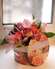 Подобная композиция будет стоить 1600 рублей. Возможный состав: кустовые розы, орхидеи, ягоды, зелень; корзина, размер композиции ~ 20*30 см