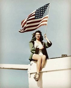 EN: The american actress Ava Gardner waving the american flag. FR: L'actrice américaine Ava Gardner brandissant le drapeau américain. Colorized by : facebook.com/theraxprod Ava Gardner, Nasa Astronauts, Ann Margret, Classic Actresses, Old Hollywood, Old Photos, American Flag, Wonder Woman, Superhero