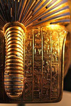 Rear detail from Tutankhamun's headdress (by Charles Frost). tutankhamun   Tumblr